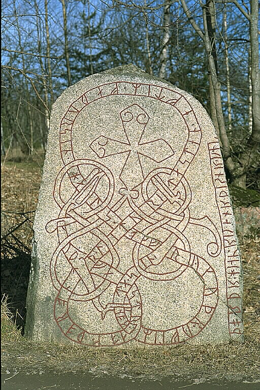 Runes written on runsten, ljus granit. Date: V